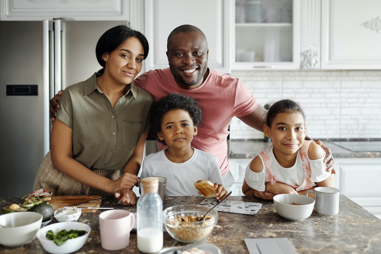 Happy family in the kitchen 4260096